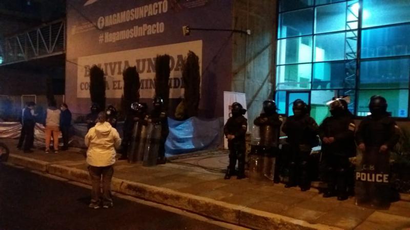 Die Polizei bewacht am Abend ein Wahllokal