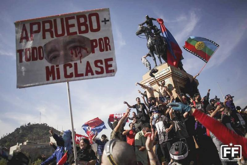 """Auf der Straße für eine neue Verfassung: """"Ich stimme dafür - Alles für meine Klasse"""". Kundgebung auf der Plaza Dignidad"""