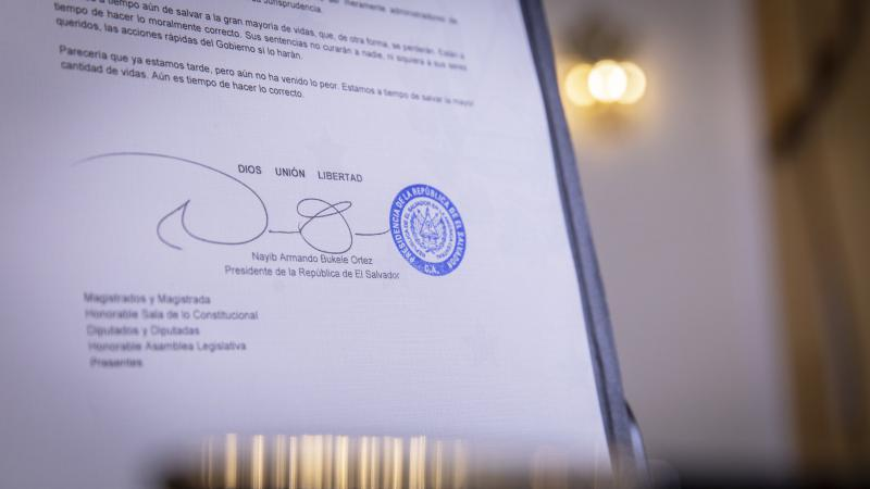 """Mit """"Gott - Einheit - Freiheit"""" unterzeichnet El Salvadors Präsident seine Dekrete"""