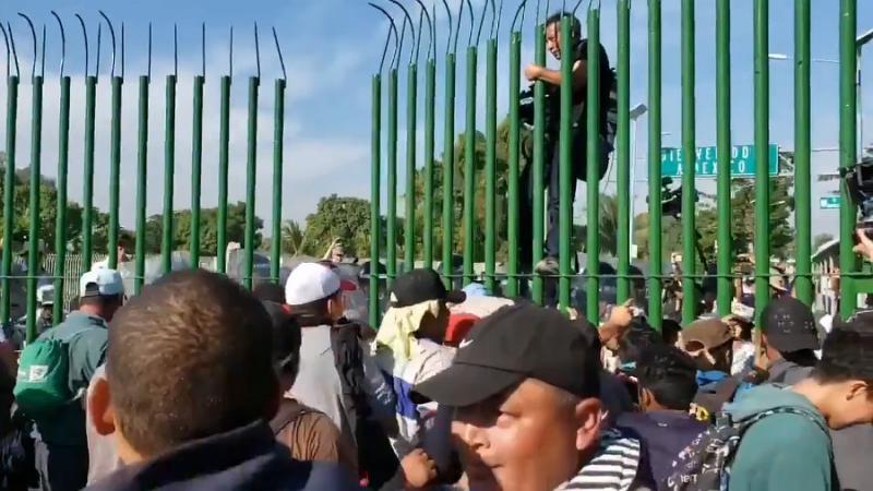 Migranten durchbrachen die Barriere und reisten nach Guatemala ein