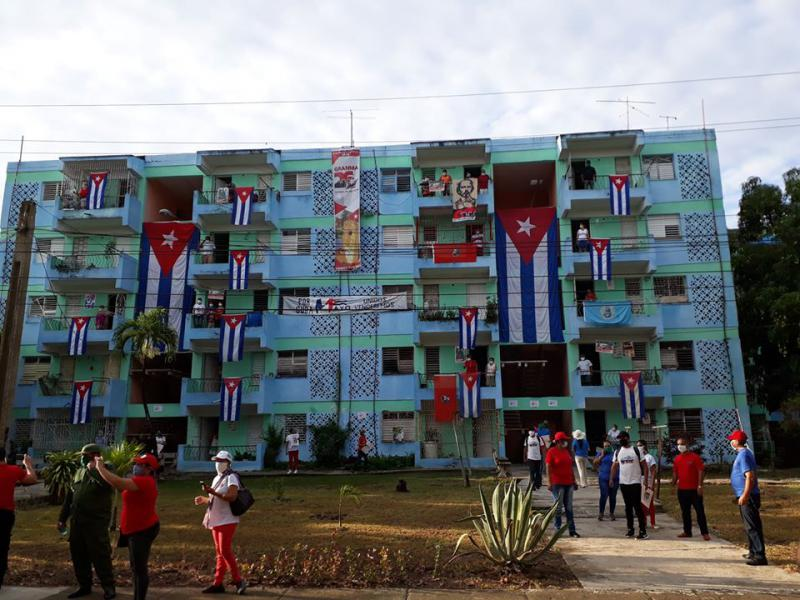 """Geschmückt für den 1. Mai. """"Für Kuba ‒ vereint werden wir siegen ‒ mein Zuhause ist mein Platz"""" lautete die Parole zum 1. Mai 2020 unter Corona-Bedingungen"""