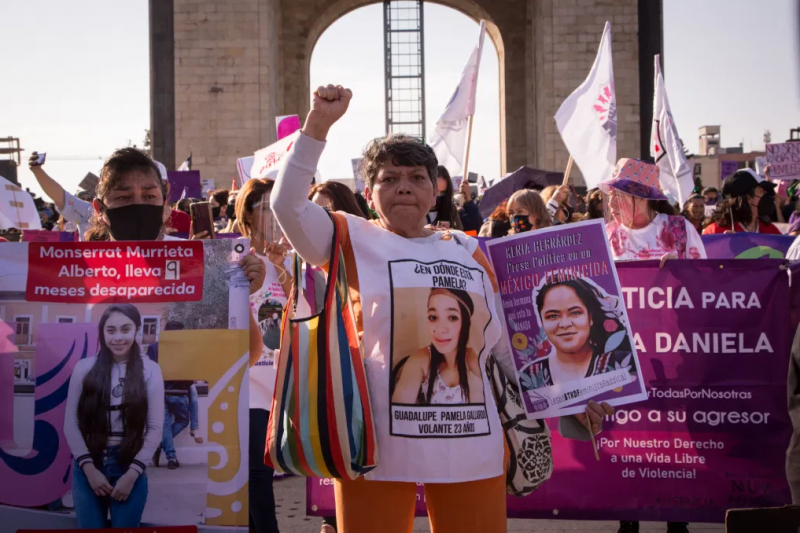 Angehörige der Opfer von gewaltsamem Verschwindenlassen und Femizid bei der Demonstration in Mexiko-Stadt