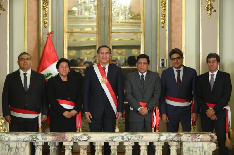 Präsident Martín Vizcarra mit seinem Kabinettschef und vier neuen Ministern