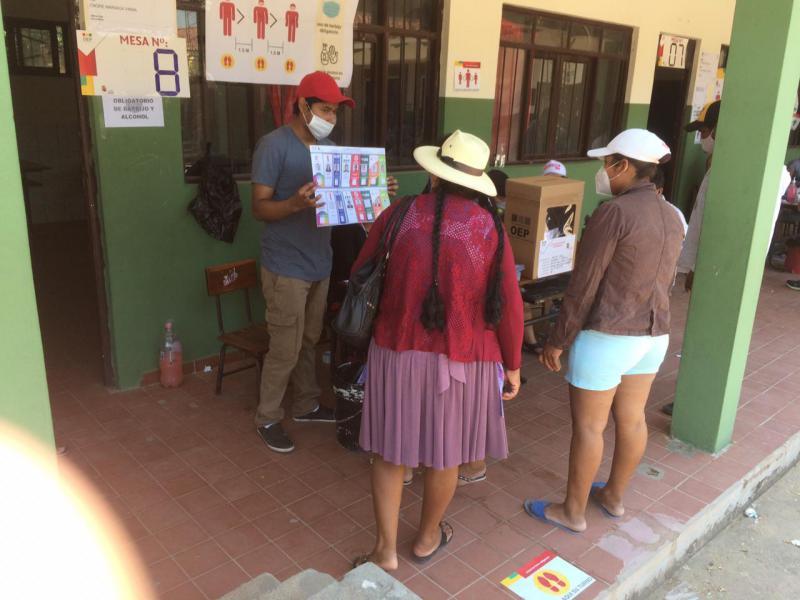 Wählerinnen in einem Wahllokal in El Fuerte, Santa Cruz