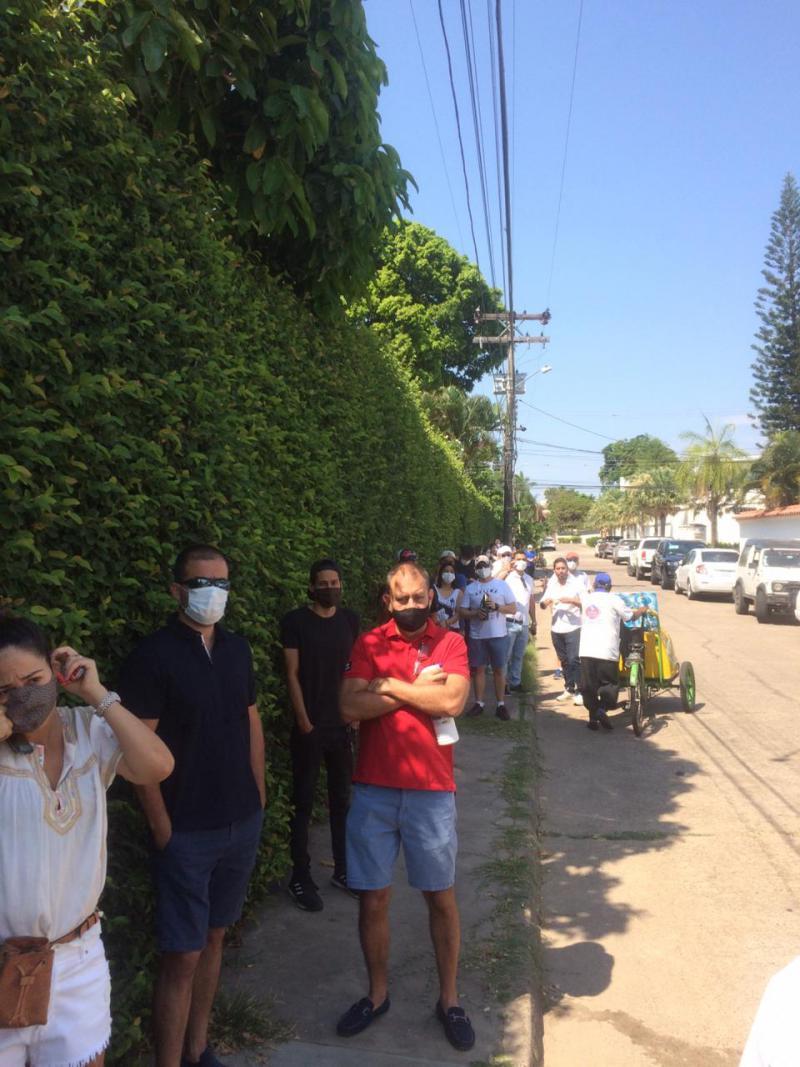 Schlange im Barrio Las Palmas in Santa Cruz