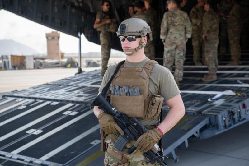 Airforce-Soldaten sichern auf dem Hamid Karzai International Airport die Evakuierung von US-Personal aus Afghanistan