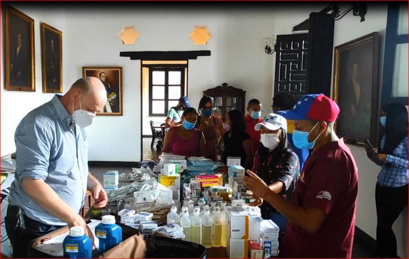 """Übergabe von Medikamenten im """"Centro Piloto de Salud Indigena"""" der Pemon in Santa Cruz de Mapaurí (Juli 2021)"""