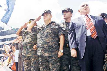 Romeo Vásquez (dritter von rechts) und Putsch-Präsident Roberto Micheletti (rechts) mit weiteren Generälen, die den Putsch unterstützten.