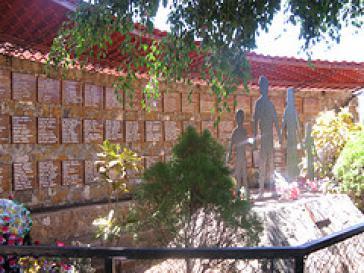 Gedenktafel für das Massaker auf dem Friedhof von El Mazote