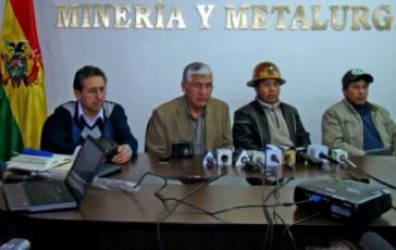 Minister Mario Virreira mit Gewerkschaftsführern aus der Mine Colquiri