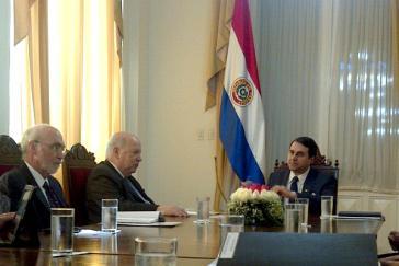 OAS Generalsekretär José Miguel Insulza (mittig) und De-facto-Präsident Federico Franco (rechts)