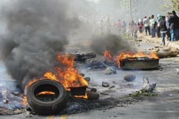 Brennende Autoreifen in Panama