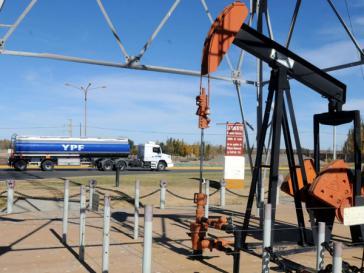 Förderanlage mit YPF-Tankwagen
