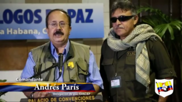 Andrés París war Mitglied der Friedensdelegation in Havanna. Rechts neben ihm Jésus Santrich, der heute Teil der neuen Farc-EP ist (Bild von 2013)