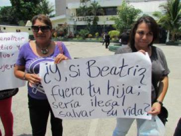 """Protest von Frauenrechtlerinnen in El Salvador: """"Wäre Beatriz Deine Tochter - wäre es auch dann illegal, ihr Leben zu retten?"""""""