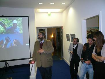 Ecuadors Botschafter Jurado bei der Vernissage in Berlin