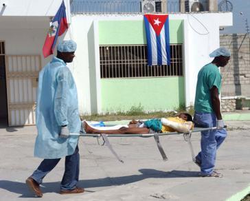 Kubanische Ärzte mit einem Patienten im Krankenhaus der Sozialbehörde OFATMA in Port-au-Prince