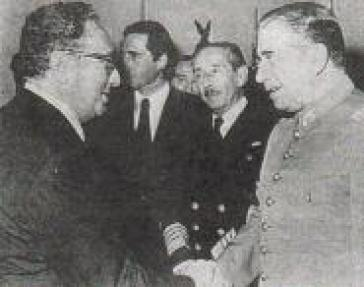 Kissinger (links) trifft vier Tage nach dem Putsch in Chile am 15. September 1973 den Diktator Pinochet