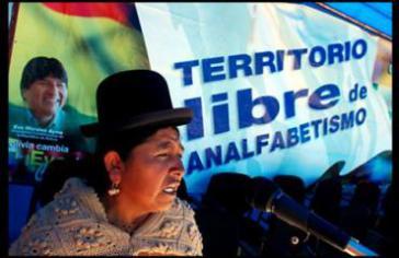 """Motto des Alphabetisierungsprogramm der bolivianischen Regierung: """"Land frei von Analphabetismus""""."""