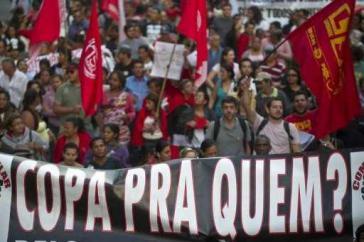 """Demonstration gegen die Milliardenausgaben für die FIFA-Weltmeisterschaft der Männer in Brasilien: """"WM für wen?"""""""