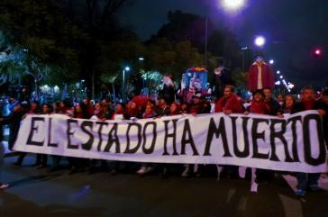 """Künstler protestierten in Mexiko-Stadt. Auf dem Transparent steht: """"Der Staat ist tot"""""""