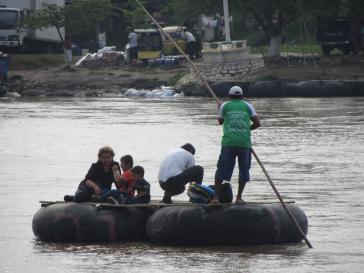 Migranten überqueren den unbefestigten Grenzfluss Suchiate zwischen Guatemala und Mexiko