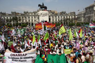 """Demonstrierende beim """"Marsch zur Verteidigung der Mutter Erde"""" in Lima"""