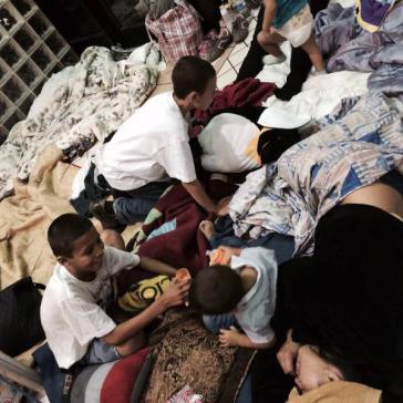 Kinder und Jugendliche aus Guatemala im Greyhound-Busbahnhof in Laredeo, Texas