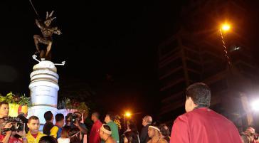 Präsident Nicolás Maduro vor der neu eingeweihten Statue in Caracas