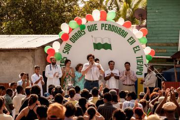 Escobar eröffnet eine Klinik, die mit seinen Mitteln renoviert wurde