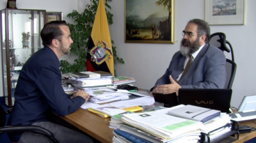 Ecuadors Botschafter Jorge Jurado (re.) und Harald Neuber