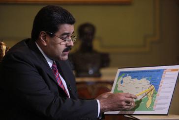 Präsident Maduro zeigt während des Gesprächs mit Telesur eine Karte des umstrittenen Gebietes
