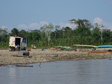 Straßenende und Umladeplatz bei Nuevo Edén am Ufer des Oberlauf des Flusses Madre de Dios