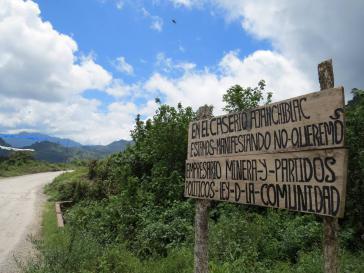 """Protestschild: """"Wir protestieren in Ajanchiblac. Wir wollen keine Bergbauunternehmen und politische Parteien. Gesetz der Gemeinde."""""""