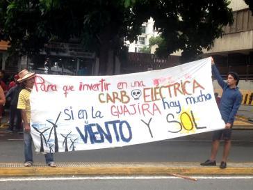 """""""Warum in ein Kohlekraftwerk investieren, wenn es in La Guajira viel Wind und Sonne gibt?"""" - Transparent bei einer Kundgebung in Caracas"""