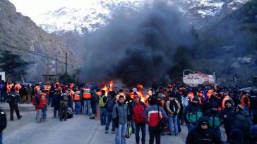 Arbeiter blockieren den Zugang zu einer Kupfermine mit brennenden Reifen