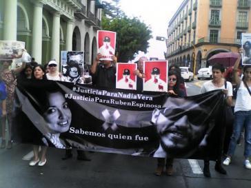 """Kundgebung vor dem Regierungssitz in Xalapa, Veracruz: """"Gerechtigkeit für Nadia Vera - Gerechtigkeit für Rubén Espinosa - Wir wissen, wer es war"""". Im Hintergrund Schilder mit dem Konterfei von Gouverneur Duarte"""