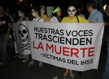 """Teilnehmerinnen am Fackelmarsch in der Hauptstadt. """"Unsere Stimmen reichen über den Tod hinaus - Opfer des IHSS"""""""