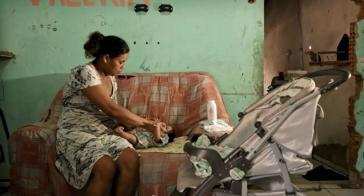 Alessandra Amorim mit ihrem Sohn Samuel. Im 3. Schwangerschaftsmonat infizierte sie sich mit Zika, im 5. Monat wurde bei Samuel Mikrozephalie diagnostiziert (Screenshot)