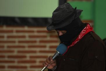 Subcomandante Insurgente Moisés stellte beim Fünften Nationalen Indigenen Kongress (CNI) den für einen Regierungsrat und eine indigene Kandidatin für die Präsidentschaftswahlen vor
