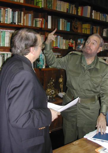 """Ignacio Ramonet mit Fidel Castro in dessen Arbeitszimmer bei einem der Gespräche für das Buch """"Fidel Castro - Mein Leben"""""""