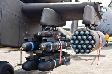 Hellfire-Reketen (linke Batterie) an einem Apache-Kampfhubschrauber (Bild aus dem Jahr 2008)