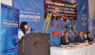 Arbeitende Schülerin am Rednerpult beim zweitägigen Treffen in La Paz