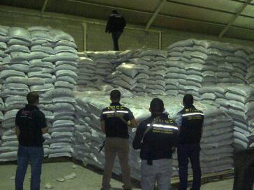 Produkte werden oft in Lagerhallen gehortet -  wie hier in einem Privatunternehmen im Bundesstaat Portuguesa, wo 312 Tonnen schwarze Bohnen entdeckt wurden