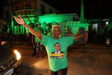 Anhängerin des wiedergewählten Präsidenten Andrew Holness