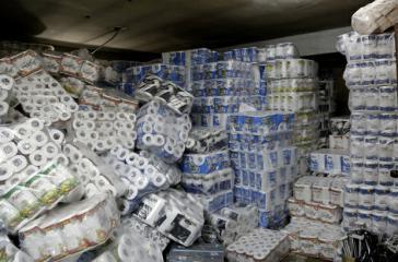 In einem Lager eines Supermarktes in Caracas wurden Unmengen Klopapier beschlagnahmt