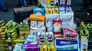 Was nicht gehortet oder nach Kolumbien geschmuggelt wird, verkaufen Mafiagruppen über Kleinhändler auf der Straße zu überhöhten Preisen
