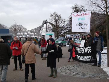 Protest gegen Turbinenlieferung an Großstaudämme (Belo Monte in Brasilien und Agua Zarca in Honduras) bei der Siemens-Hauptverhandlung 2014