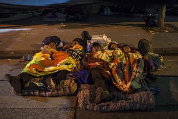 Eine vertriebene Familie übernachtet die dritte Nacht vor dem Präsidentenpalast von Guatemala