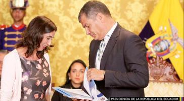 Cecilia Olivet überreicht dem Präsidenten Ecuadors, Rafael Correa, den Caitisa-Bericht
